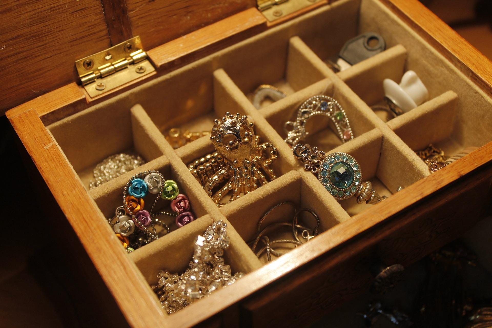 jewels-1090711_1920