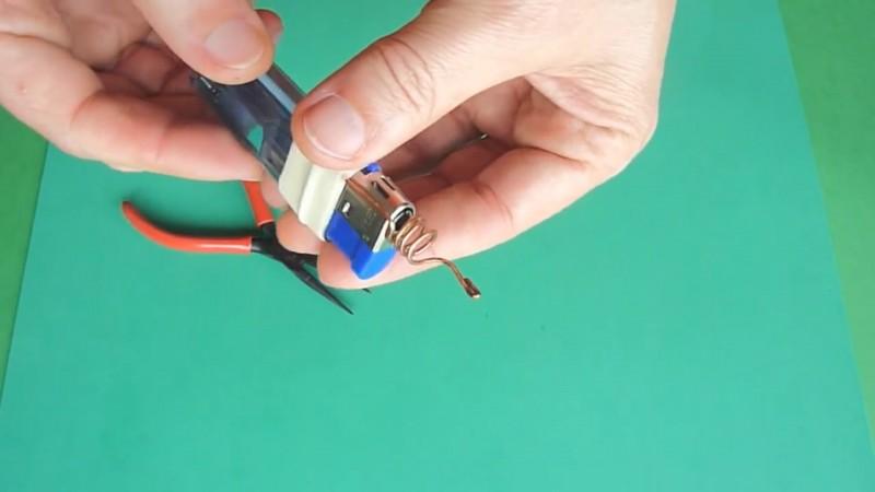 So einfach stellst du aus einem normalen Feuerzeug einen Minilötkolben her.