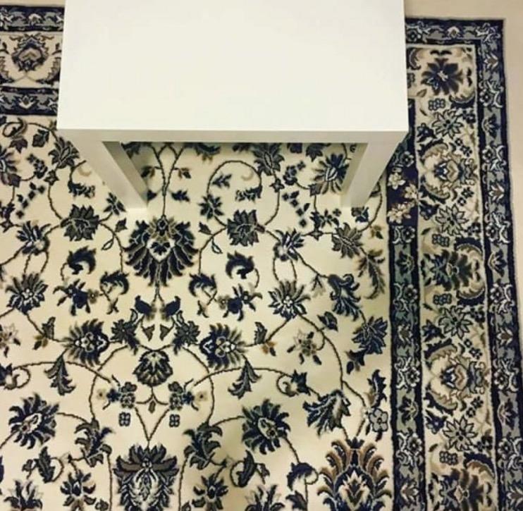 Handy auf Teppich